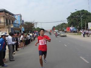 Các VĐV đua tài trên đường đua việt dã huyện Lương Sơn năm 2013.