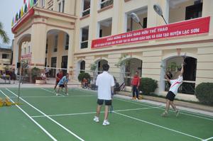 Một trận thi đấu giao hữu ở môn cầu lông.