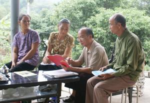 Để nâng cao chất lượng công tác Hội, chi hội NCT xóm Nút, xã Mông Hóa (Kỳ Sơn) thường xuyên tuyên truyền Luật NCT đến các hội viên.