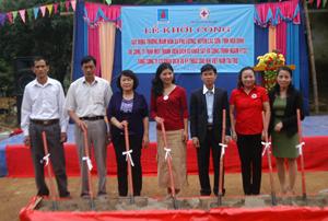 Lãnh đạo Hội CTĐ tỉnh và các sở, ngành, huyện Lạc Sơn tham gia khởi công trường mầm non xã Phú Lương, công trình do Hội CTĐ tỉnh làm chủ đầu tư.