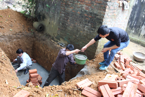 Học viên trực tiếp thực hành trên mô hình nhà tiêu tự hoại có bể chứa xây bằng gạch tại xóm Quyết Tiến.
