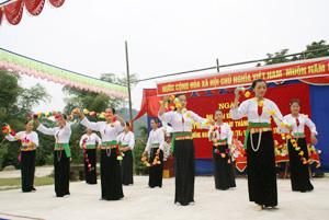 Tiết mục múa trái còn của đội văn nghệ xóm Mi, xã Đa Phúc (Yên Thủy) biểu diễn tại Ngày hội đại đoàn kết toàn dân tộc.