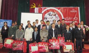 """Đại diện lãnh đạo Công ty BHNT Prudential Việt Nam trao quà cho các gia đình chính sách trong lễ trao tặng """"Chăn ấm mùa đông"""" tại huyện Tân Lạc."""