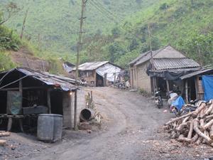 Khu vực hầm lò và nơi ở của người lao động làm việc cho Công ty CP Khoáng sản Kim Bôi tại xóm Vọ, xã Cuối Hạ (Kim Bôi) thô sơ, tạm bợ.