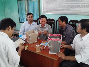 Cán bộ huyện Tân Lạc thực hành thiết kế mẫu nhà tiêu hợp vệ sinh.