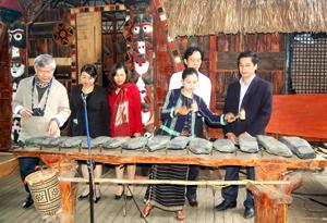 Cán bộ phóng viên các cơ quan báo chí tìm hiểu thực tế tại Thung lũng tình yêu (thành phố Đà Lạt – Lâm Đồng).