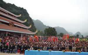 Hàng ngàn người dân đến thăm quan chùa Tiên, xã Phú Lão (Lạc Thủy).