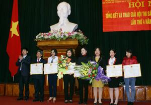 Đồng chí Nguyễn Văn Dũng, Phó Chủ tịch UBND tỉnh trao thưởng cho các tác giả, nhóm tác giả có giải pháp đạt giải 3 tại hội thi.