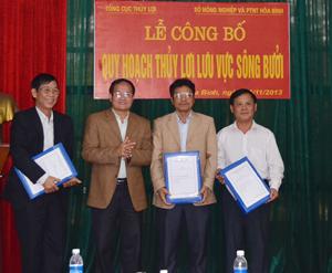 Đồng chí Vũ Văn Thặng, Phó Tổng cục trưởng Tổng cục Thuỷ lợi trao quyết định và quy hoạch cho lãnh đạo Sở NN&PTNT các tỉnh Hoà Bình và Thanh Hoá.