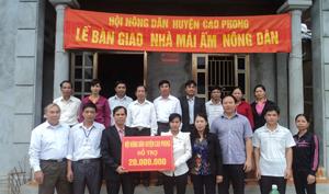 Hội ND huyện Cao Phong trao tiền hỗ trợ xây nhà