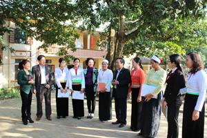 Ban VSTBPN các cấp trao đổi đóng góp xây dựng mô hình ngăn ngừa và giảm thiểu tác hại của bạo lực trên cơ sở giới tại xã Mông Hoá.