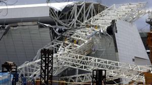 Hiện trường vụ sập mái sân vận động Itaquerao, tại Sao Paulo, Brazil hôm 27-11-2013. (Ảnh: Reuters)