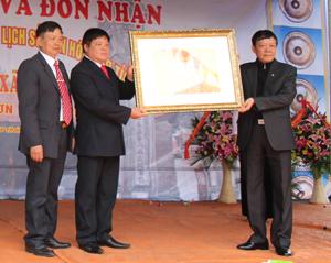 Lãnh đạo Sở VH, TT & DL trao bằng công nhận danh hiệu di tích lịch sử văn hoá Đình Cời cho đại diện xã Tân Vinh.