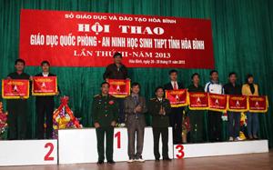 BTC trao cờ cho các trường THPT đoạt giải toàn đoàn tại Hội thao giáo dục QP-AN học sinh THPT tỉnh lần thứ III-năm 2013.