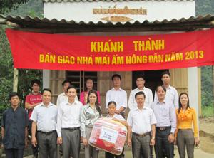 """Bàn giao nhà """"Mái ấm nông dân"""" cho hội viên Bùi Hồng Lĩnh."""