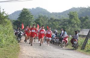 Các vận động viên tham dự giải việt dã truyền thống huyện Đà Bắc năm 2013.