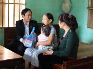 Lãnh đạo Sở LĐ- TB & XH đến thăm và tặng quà cho hộ nghèo xã Mỹ Hoà.