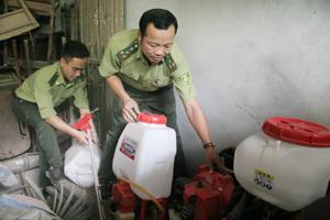 Cán bộ kiểm lâm TP. Hòa Bình kiểm tra công cụ chữa cháy rừng.