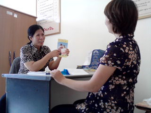 Tư vấn lây truyền HIV từ mẹ sang con cho phụ nữ có thai. Ảnh: Nguyễn Nghĩa.
