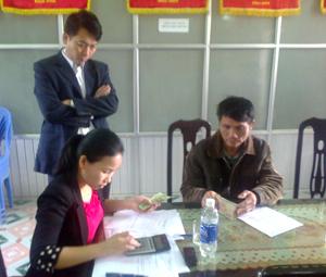 Hộ dân xã Nhuận Trạch tiếp nhận tiền hỗ trợ tiêu hủy gia cầm mắc cúm theo chính sách Nhà nước quy định.