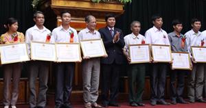 Đồng chí Trần Đăng Ninh, Phó Chủ tịch UBND tỉnh trao bằng khen của UBND tỉnh cho các làng văn hoá tiêu biểu.