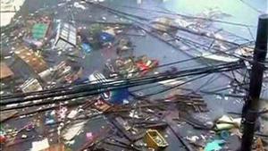 Các mảnh vỡ trôi nổi trên một con phố bị ngập lụt trong khi bão Haiyan tàn phá thành phố Tacloban ngày 8-11. (Ảnh: Reuters)