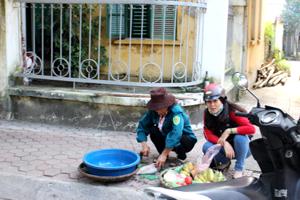 Tại một góc thuộc khu vực Sở LĐ-TB&XH trở thành nơi thường xuyên mua bán thực phẩm, rau quả.