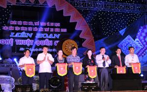 Đồng chí Trần Đăng Ninh, Phó Chủ tịch UBND tỉnh, Trưởng BTC Ngày hội trao cờ cho các đơn vị tham gia.