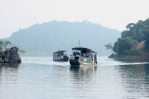 Hồ Hòa Bình với phong cảnh thiên nhiên hữu tình là điểm đến của đông đảo khách tham quan trong và ngoài nước.