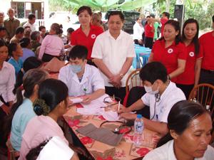 Đồng chí Nguyễn Hải Đường, Chủ tịch T.Ư Hội CTĐ Việt Nam và lãnh đạo Hội CTĐ tỉnh thăm việc khám chữa bệnh cho nhân dân.