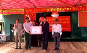 Đồng chí Bùi Văn Cửu, Phó Chủ tịch TT UBND tỉnh và lãnh đạo UBMTTQ, hội CCB tỉnh tặng quà chúc mừng ngày hội đại đoàn kết KDC xóm Tát, xã Tân Minh.