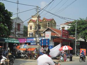 Quảng cáo ngoài trời lộn xộn, gây mất mỹ quan đô thị (ảnh chụp tại đoạn chợ Bo, thị trấn Bo - Kim Bôi).