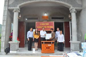 Lãnh đạo Sở KH&ĐT tặng quà chúc mừng gia đình thương binh Nguyễn Kỳ Đạt đã có ngôi nhà mới khang trang.