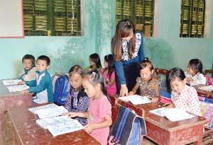 """Những năm qua, ngành GD &ĐT huyện Mai Châu đã đẩy mạnh phong trào thi đua """"Dạy tốt, học tốt"""", """"Mỗi thầy, cô giáo là một tấm gương sáng tự học và sáng tạo"""". Ảnh: Cán bộ, giáo viên trường tiểu học xã Hang Kia không ngừng đổi mới, nâng cao chất lượng giáo dục."""