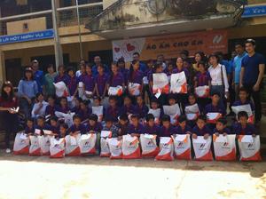 Đoàn tình nguyện tặng quà cho học sinh nghèo trường THCS xã Do Nhân – Tân Lạc.