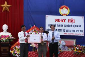 Đồng chí Hoàng Văn Tứ, UVTV, Phó Chủ tịch HĐND tỉnh tặng quà chúc mừng bà con nhân dân xóm Á Đồng.