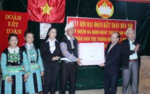 Lãnh đạo UB MTTQ tỉnh, Hội NCT tỉnh đã tặng quà cho bà con nhân dân trong xóm Pà Cò Lớn.