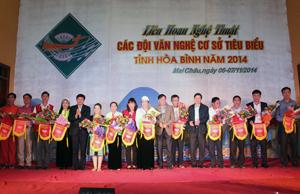 Các đồng chí: Trần Đăng Ninh, Phó Bí thư TT Tỉnh ủy; Bùi Văn Cửu, Phó Chủ tịch TT UBND tỉnh và lãnh đạo Sở VH,TT&DL trao hoa và cờ cho các đội tham dự liên hoan.