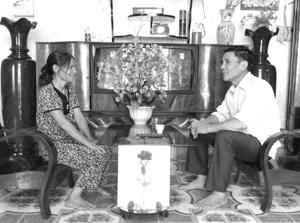 Ông Đoàn Văn Xu thường xuyên đến các hộ gia đình tuyên truyền, vận động nhân dân thực hiện tốt các chủ trương của Đảng, pháp luật Nhà nước.