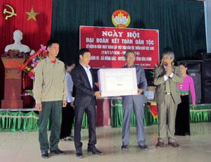Đồng chí Hoàng Thanh Mịch, UVTV Tỉnh ủy, Chủ tịch UBMTTQ tỉnh tặng quà chúc mừng ngày hội.