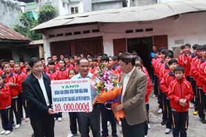 Đồng chí Bùi Văn Cửu, Phó Chủ tịch TT UBND tỉnh và lãnh đạo Sở VH – TT&DL tặng hoa, quà cho đoàn VĐV Hoà Bình.
