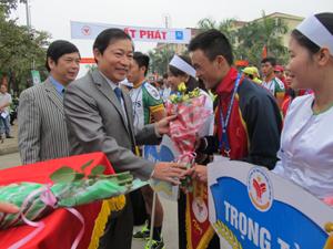 Đồng chí Bùi Văn Cửu, Phó Chủ tịch TT UBND tỉnh tặng hoa cho các đoàn.