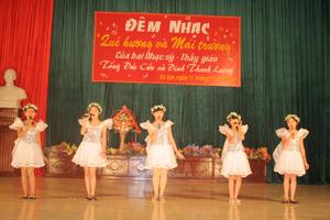 """Các em học sinh biểu diễn tác phẩm """"Mùa thu em đến trường"""" của tác giả Tống Đức Cửu."""