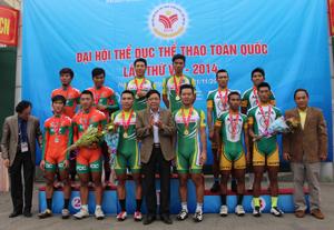 Các đồng chí lãnh đạo Sở VH-TT&DL, Tổng cục TDTT, Liên đoàn Mô tô - Xe đạp Việt Nam trao huy chương cho các đội đạt nhất, nhì ba nội dung tính giờ đồng đội nam 4 km.