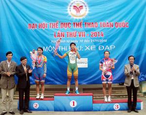 Các đồng chí lãnh đạo Sở VH-TT&DL, Tổng cục TDTT, Liên đoàn Mô tô - Xe đạp Việt Nam trao huy chương cho các vận động viên đạt nhất, nhì ba nội dung tính giờ cá nhân nữ.