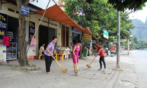 Bà Đỗ Thị Nhung và các hội viên phụ nữ trong KDC tham gia quét dọn vệ sinh thường xuyên vào mỗi sáng.