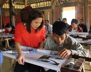 Học viên khuyết tật thực hành tay nghề tại lễ bế giảng lớp đào tạo nghề thêu tay truyền thống.