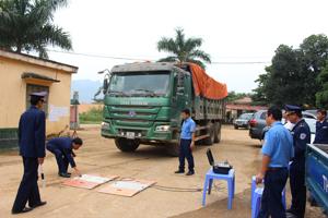 Trạm kiểm tra trọng tải xe lưu động cân trọng tải đối với 3 phương tiện xe ô tô vi phạm.