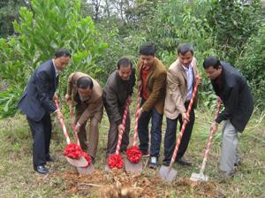 Lãnh đạo Sở VH,TT&DL, UBND huyện Đà Bắc và đơn vị thi công khởi công dự án Bảo tồn và tôn tạo di tích lịch sử văn hoá Đền Thác Bờ.