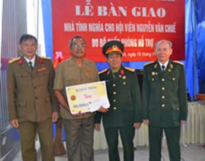 Đại diện Trung ương Hội truyền thống Trường Sơn - Đường Hồ Chí Minh trao tặng 60 triệu đồng cho gia đình hội viên Nguyễn Văn Chuế.